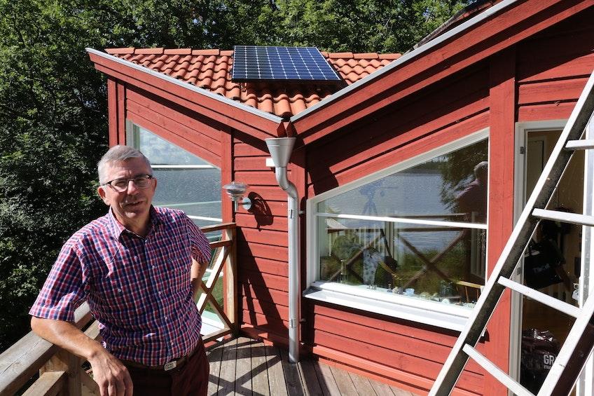 Bengt Stridh, upphovsmannen bakom Bengts villablogg, framför några av sina solceller