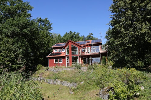 Bengt Stridhs hus där han har låtit montera solceller och solfångare i olika etapper