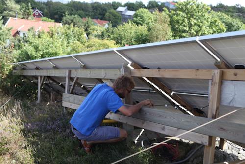 Jörgen Larsson felsöker solcellsanläggningen och konstaterar att några av solpanelerna har blivit frånkopplade