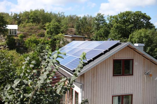 Ett av Jörgen Larssons grannes två takmonteradesolcellssystem