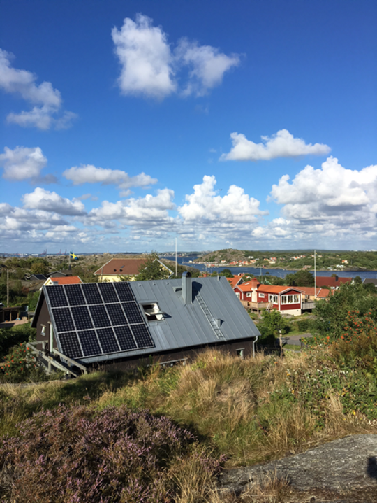 Ett av solcellshusen på Brännö i Göteborgs södraskärgård