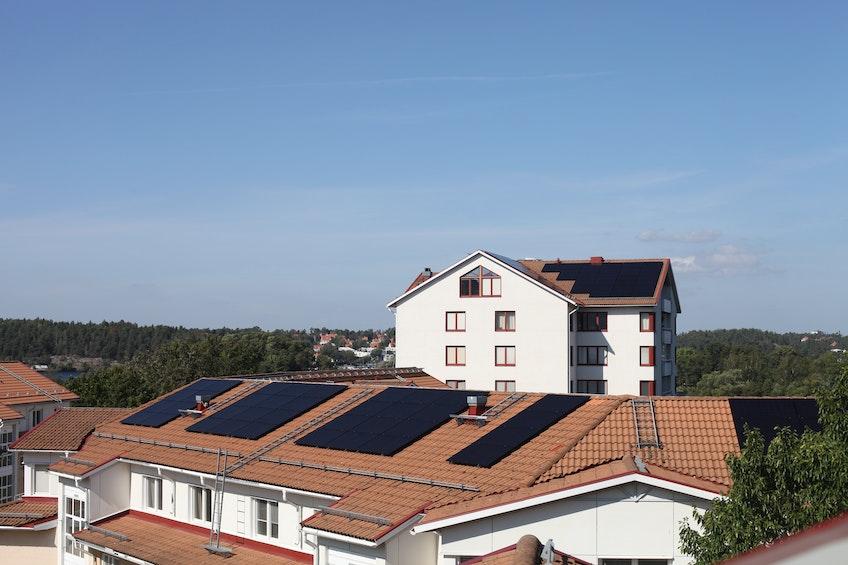 En bostadsrättsförening på Söder i Stockholm med flera solcellsanläggningar.