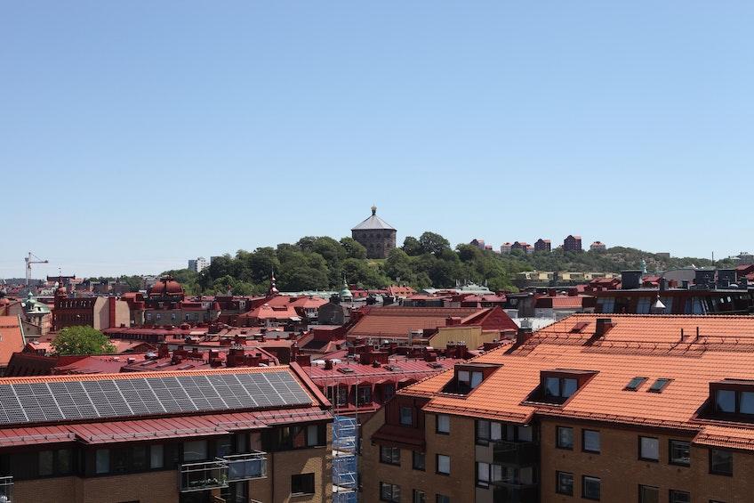 Solcellsanläggning på taket av Brf Skonaren med Skansen Krona i bakgrunden