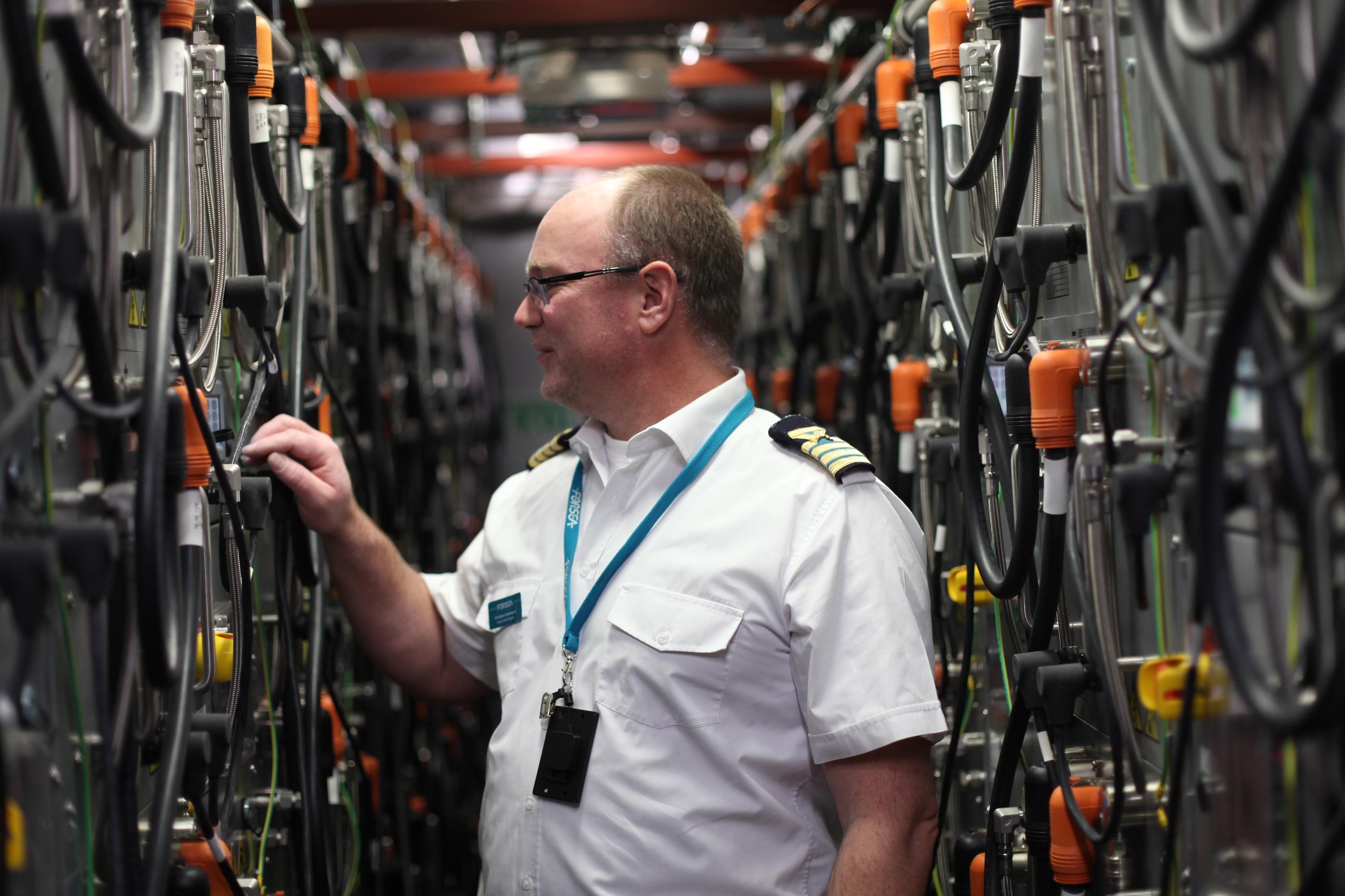 Sjöingenjören Christian Andersson inspekterar batteripacket på ForSea:s elfärja