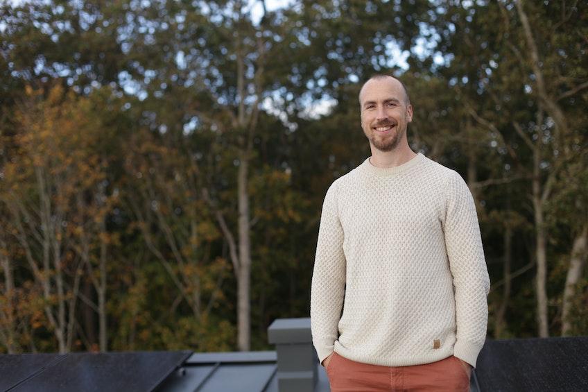 Christoffer på taket av sitt nybyggda hus, där de har planerat för solceller från början.