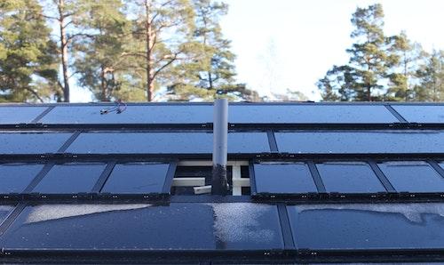 Dymmy-bitar med syfte att användas vid kanter och runt utstickande föremål för ett takintegrerat solcellssystem