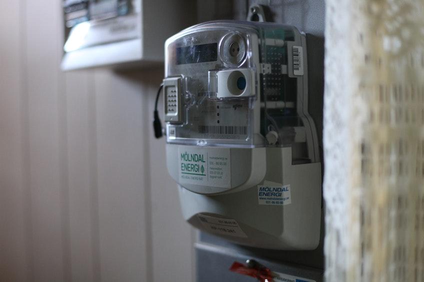 Nätägarens elmätare som mäter överskottsel som går ut på elnätet