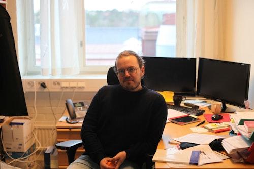 Emil Nyholm sitter på sitt kontor på Chalmers