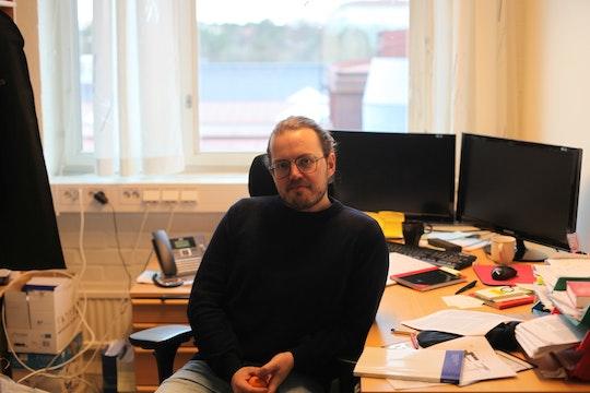 Emil Nyholm sitter på sitt kontor påChalmers
