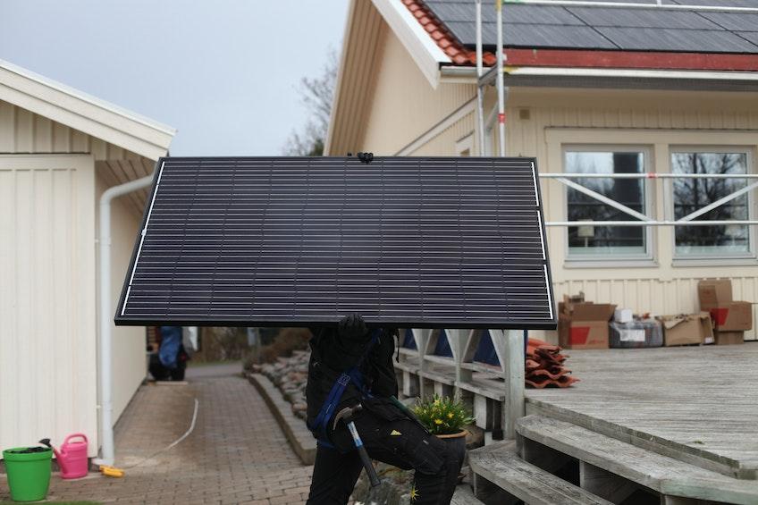 En solpanel på väg att installeras
