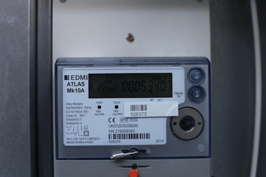 En elmätare som mäter både inköpt el och utmatad el på elnätet