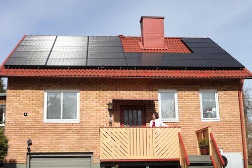 Solcellsköparen Rose-Marie framför sin sprillans nya solcellsanläggning