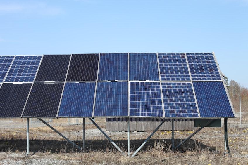 Flera generationer solpaneler i solcellsparken i värmländska Glava.