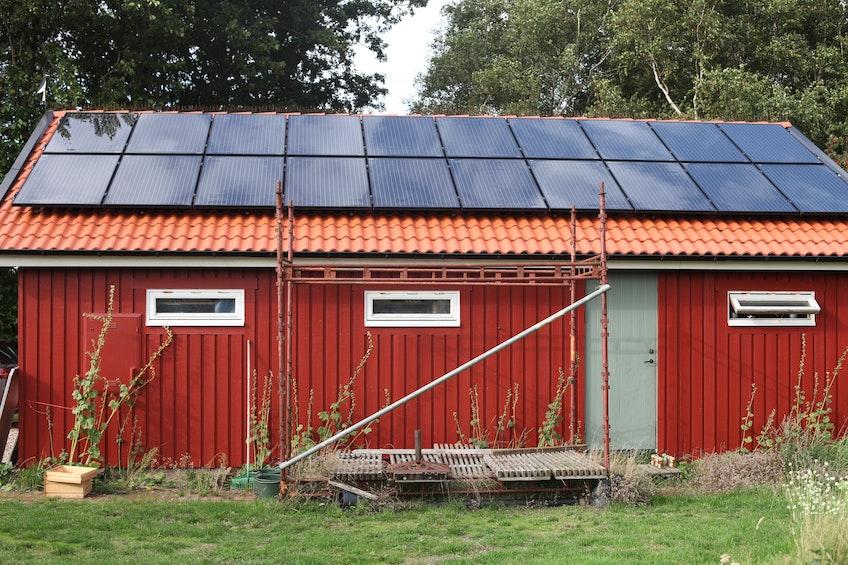 Garage med solceller, batterier och laddbox i Mellbystrand