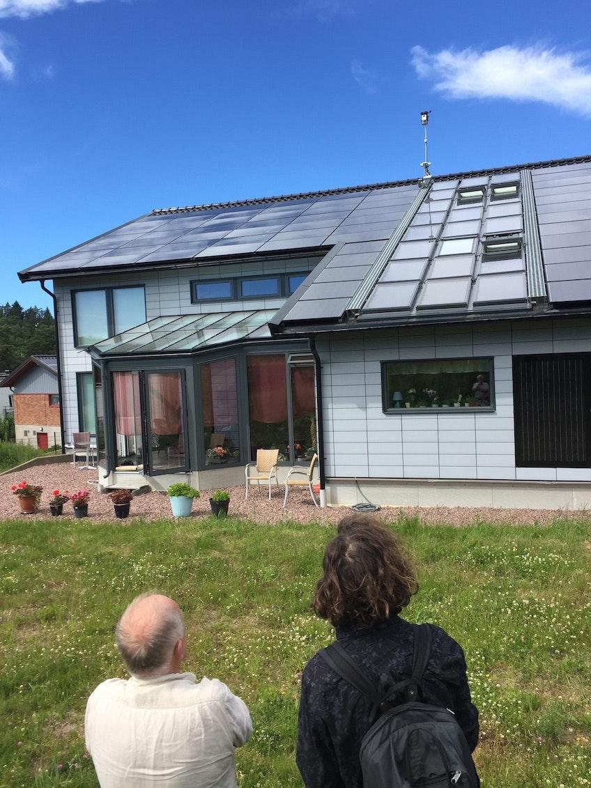 Hans-Olof Nilsson och Erik Wallnér tittar upp mot Hans-Olofs solcellstäckta tak