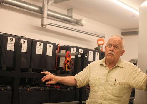 Hans-Olof Nilsson står framför sina batterier med syfte att lagra el