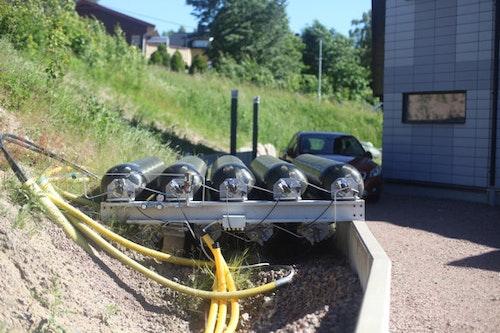 Metalltuber som förvarar vätgas i Hans-Olof Nilssons trädgård