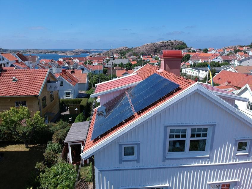 Ett hus med solceller på taket