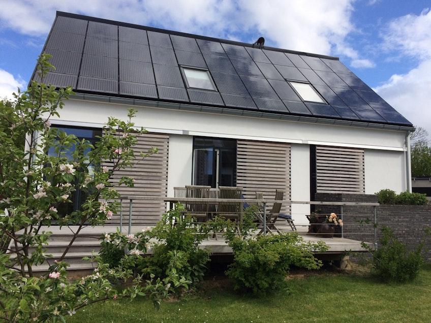 Arkitekten Inger Thedes egenritade hus med solceller på taket.