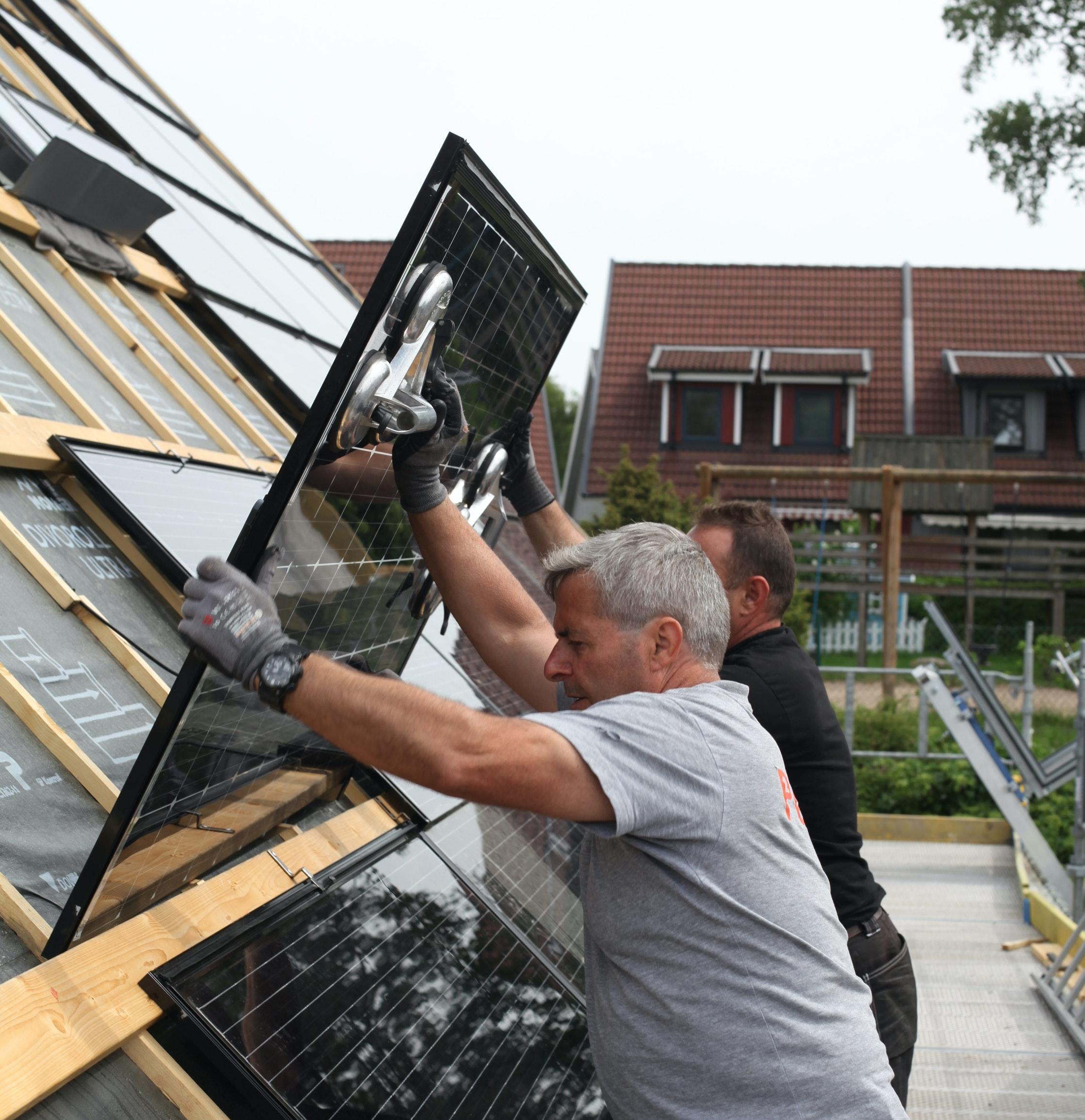Pågående installation av ett takintegrerat solcellssystem.