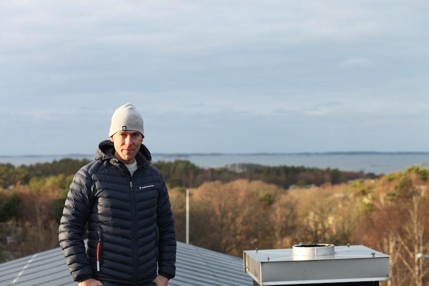 Gustaf Zettegren på taket av sitt hus med den integrerade solcellsanläggningen