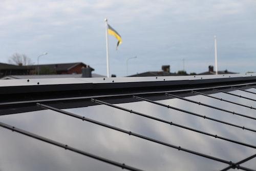 Detaljer på norrtaket av den integrerade solcellsanläggningen