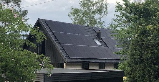 Solceller på svart betongtegeltak i Täby