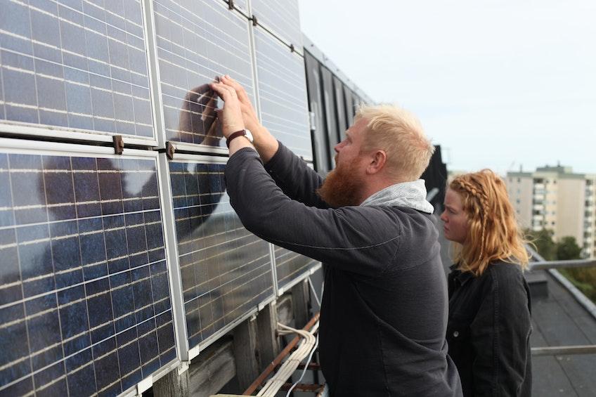 Johan Paradis och Maria Sandström från Paradisenergi framför Sveriges äldsta solcellsanläggning i Huvudsta, Stockholm.