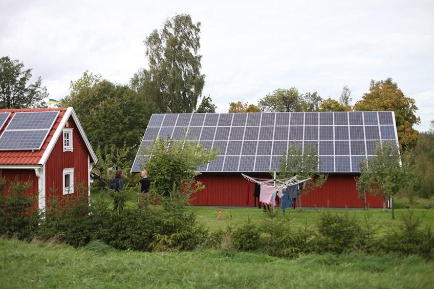 Två solcellstäckta tak utanför Jönköping.