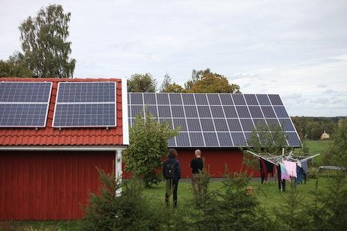 Erik Wallnér och Johannes von Rosen står och beundrar en av Johannes två solcellsanläggningar