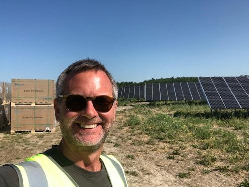Jonas Weissglas, delägare på Energiengagemang, framför solcellsparken i Strängnäs