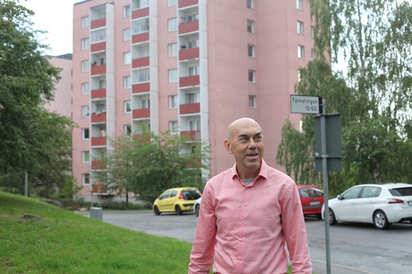 Kjell Hågbäck, ordförande för bostadsrättsföreningen Brf Trångsund, framför en av föreningens fastigheter.