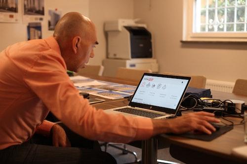 Kjell visar solelproduktionen i webbläsaren