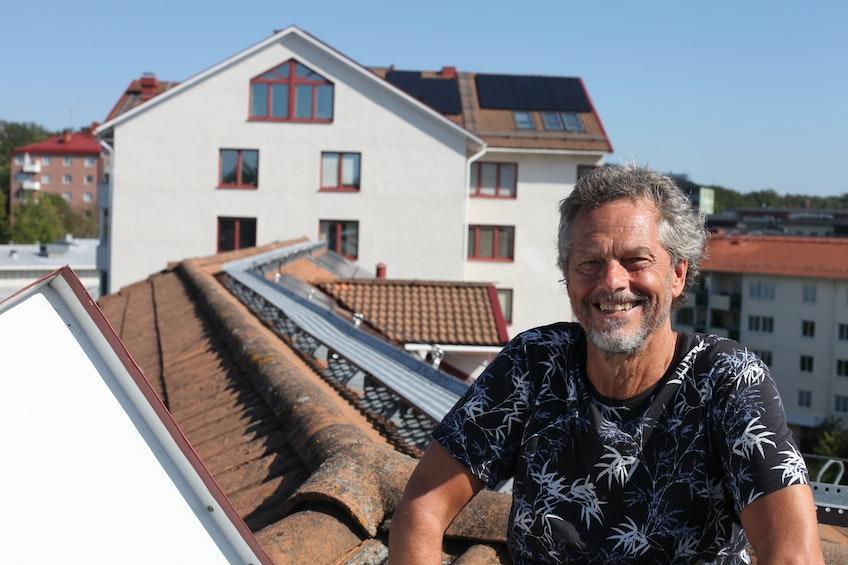 Lars-Åke Lidström på taket av BRF Hägerstenshamnen där tre föreningar har gått ihop och installerat solceller.