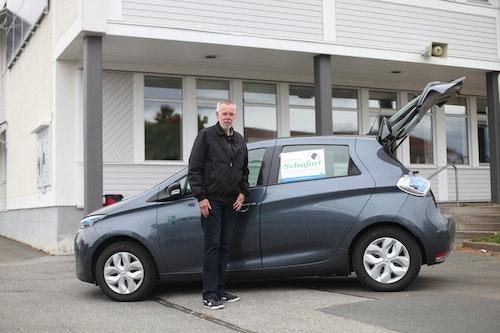 Magnus Sandell från Tekniska förvaltningen på Habo kommun står framför kommunens elbil