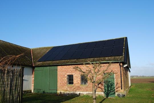 Solceller på en vacker gammal gård i Österlen