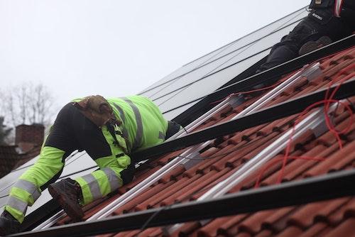 Solcellsmontörerna Johan och Ralf i full färd med att montera en solcellsanläggning