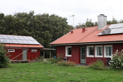 Olas två solcellssystem, ett på garagetaket och ett på boningshuset
