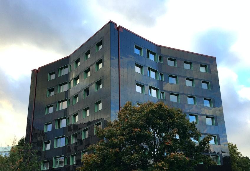 Miljonprogramshuset i Bergsjön i Göteborg som renoverats till ett passivhus helt täckt av fasadintegrerade solceller.