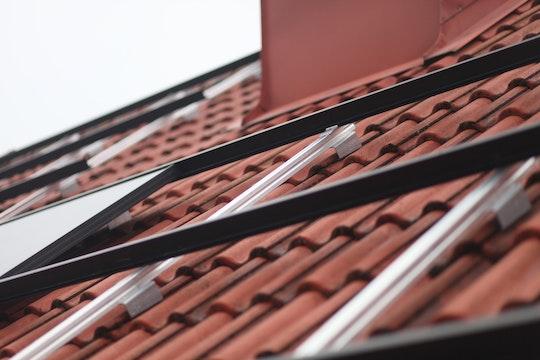 Solcellspaneler som monteras på etttak