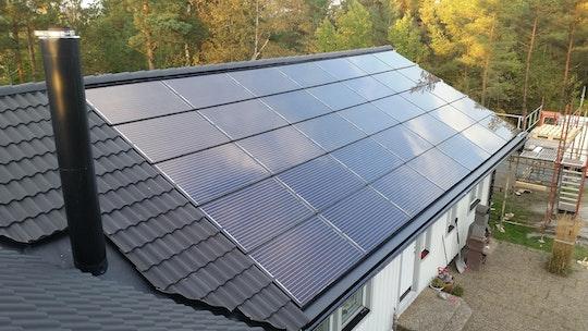 Ett integrerat solcellssystem bestående av montagesystem från Solrif ochglas-glaspaneler av standardmått