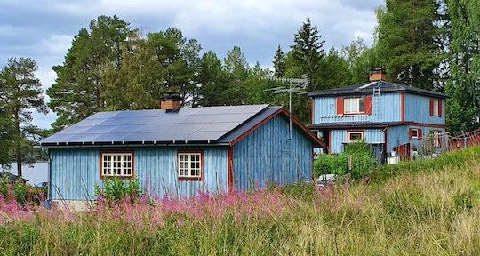Solceller på en vacker gård i Jämtland