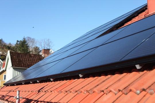 Närbild på solpanelerna av märket Sharp påtaket