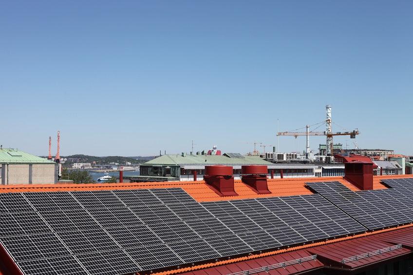 Solceller på BRF Skonarens tak i Göteborg.