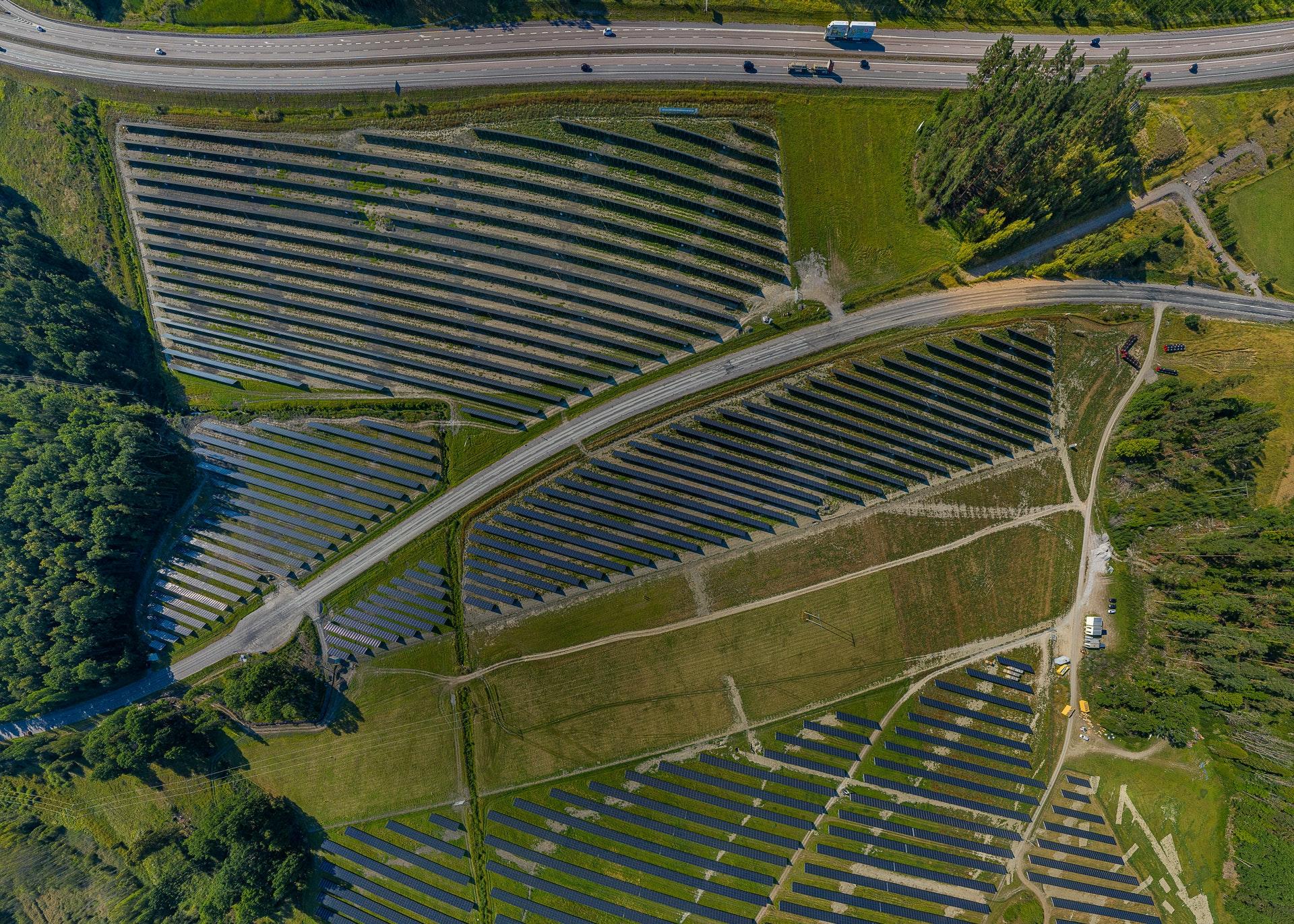 Pilotperspektiv av solcellsparken i Strängnäs som 2020 blev Sveriges största.