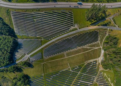 Pilotperspektiv av solcellsparken i Strängnäs som 2020 blev Sveriges största