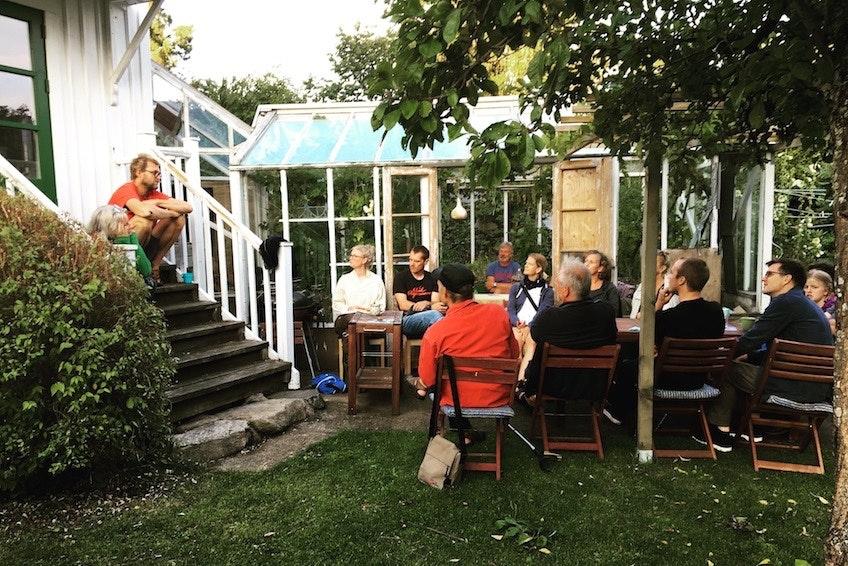 Besökarna på ett solcellskalas arrangerat av Solcellskollen tillsammans med värdarna Jörgen Larsson och Sara Larsson på Brännö