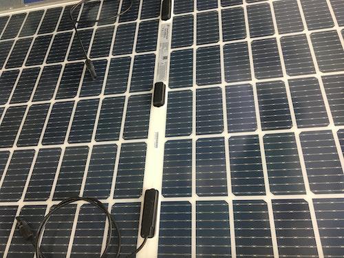 En solpanel med halvcellsteknik