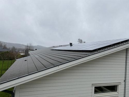 Solpaneler sitter på tre olika tak