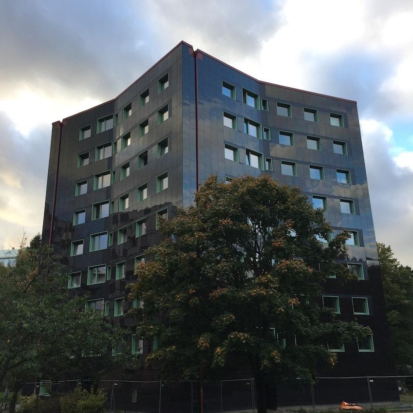 Stacken, miljonprogramshuset i Bergsjön i Göteborg, som 2017 renoverades till ett passivhus helt klätt av fasadintegrerade solceller
